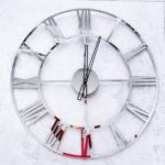 srebrny zegar ścienny